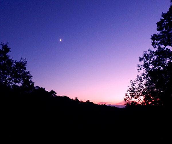 夏の夕日は西に沈む